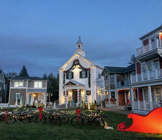 holiday lights grays harbor Seabrook-town-hall-sleigh
